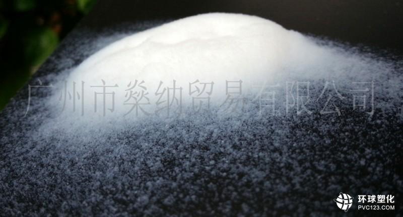 产品性能特点:  产品表面修饰以有机碳链化合物,是高纯度的疏水性产品,在非极性及弱极性介质中有很好的分散性。  因树脂得到纳米材料改性,体系的综合力学等性能大幅提高。  因纳米材料对紫外线有较强的反射作用,可显著提高体系的抗老化、耐候性等性能。  因体系的致密性显著提高,显著提高涂膜的自洁、耐冲刷、耐水性等性能,涂膜显著提高耐擦洗以及耐磨性等性能,因纳米材料比表面积大,具有很强的增稠、触变、防沉作用,纳米功能助剂对涂料的表面光洁度、附着力等性能亦有帮助。 粉末涂料内加能够使涂料的增稠、防流挂性显著