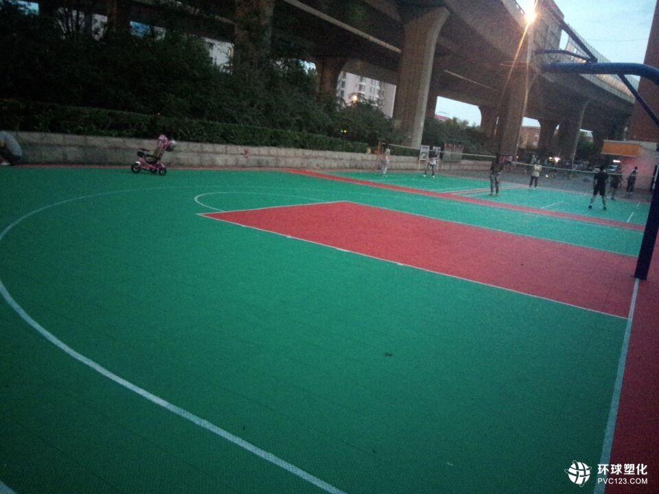 伟德客户端下载羽毛球篮球五人制足球幼儿园悬浮式拼装 塑胶运动场地地板