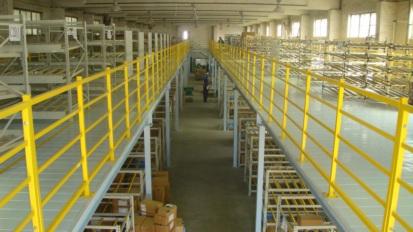 钢结构平台二层结构,存储量大,受力均匀,占地面积小,设有楼梯、电梯、货物提升机,方便货物存取。