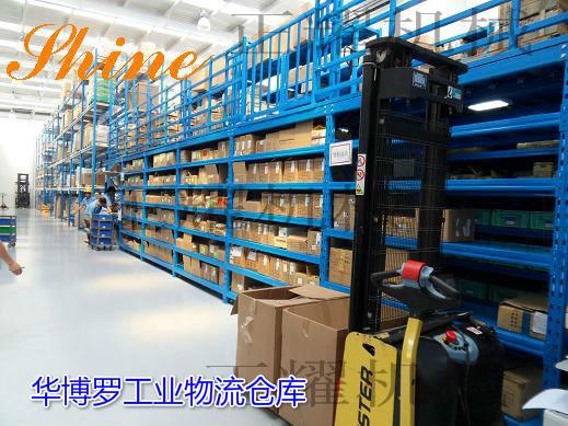 二层阁楼式货架是货架式结构,底层货架,上层铺上楼板增加一层的存储量,节省占地面积,节约成本。