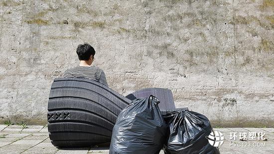 两位市民每年产生的塑料垃圾,足以制造一个类似的长椅
